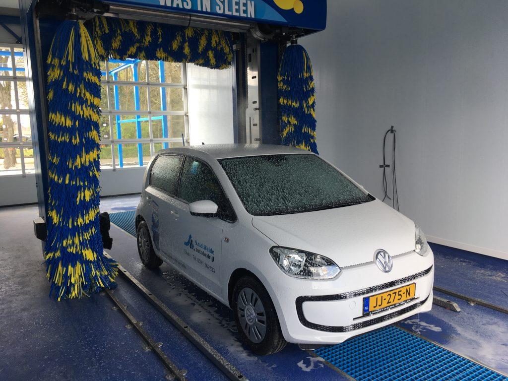 Auto van Autobedrijf van der Weide door wasstraat in Sleen