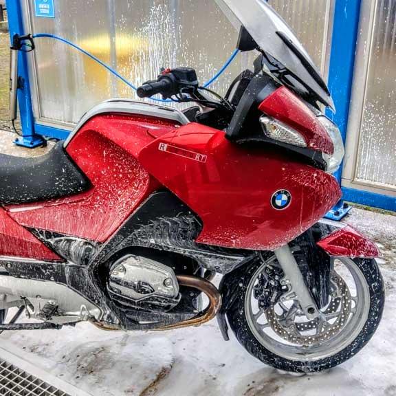 BMW motor afspoelen in de wasstraat.